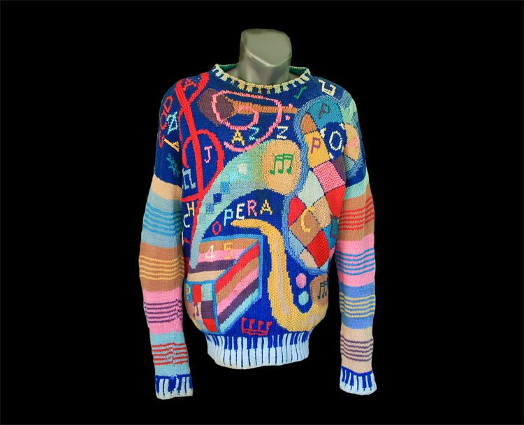 Pullover, enriched with musical instruments and notes..